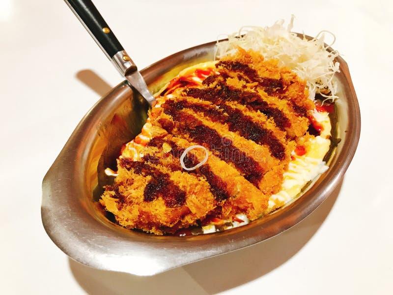 El arroz rematado con la tortilla cremosa y el estilo japonés frió tonkatsu del cerdo fotografía de archivo