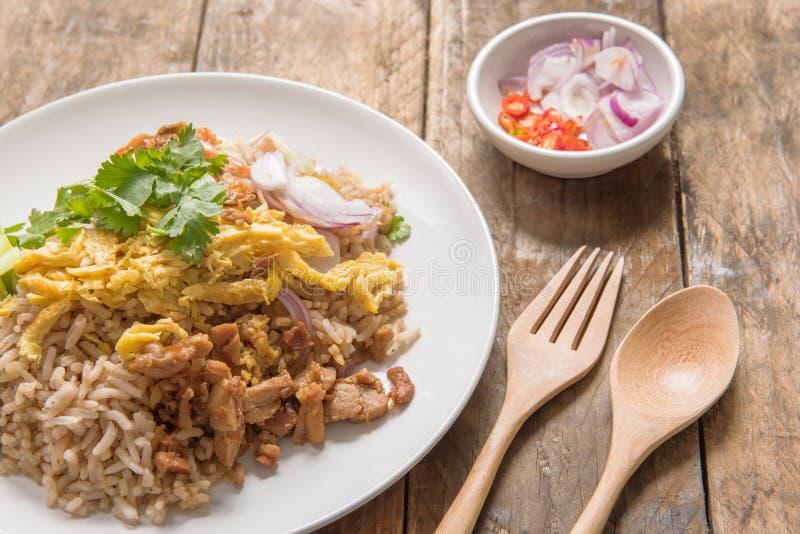 El arroz se mezcló con la goma del camarón, estilo tailandés imagen de archivo libre de regalías
