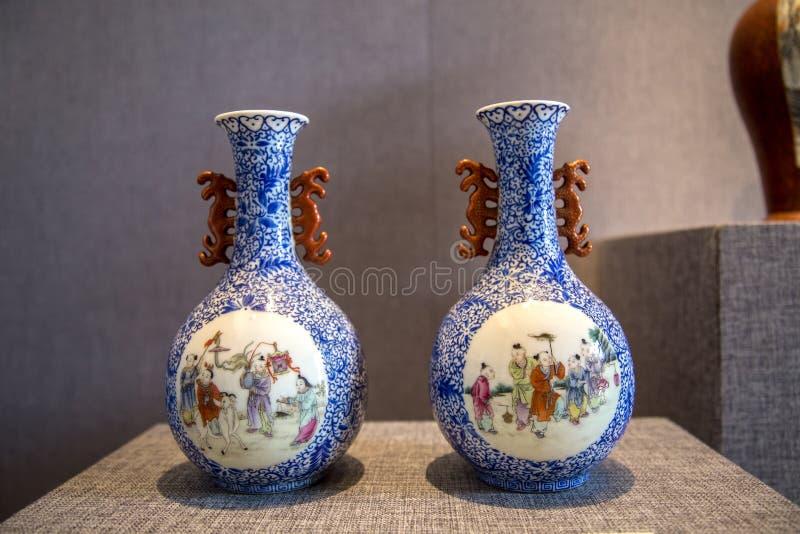 El arte de cerámica en la República de China, ventana azul para dibujar a los niños del ` que juegan música traza la botella del  fotografía de archivo