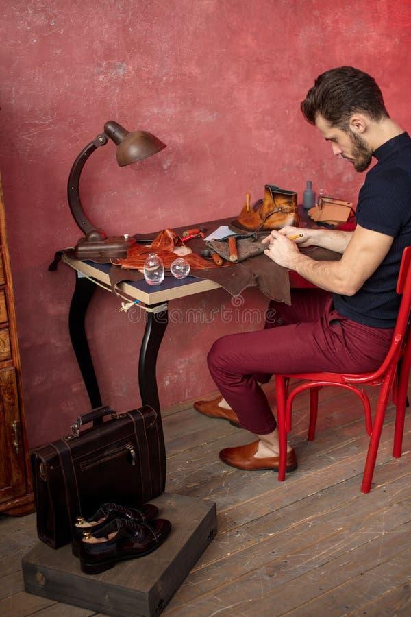 El arte de hacer los zapatos Diseño del zapato creación del calzado de la moda foto de archivo