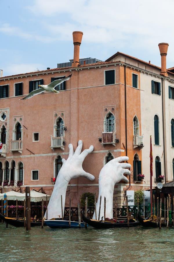 El arte de las manos grandes del canal ase la casa fotografía de archivo