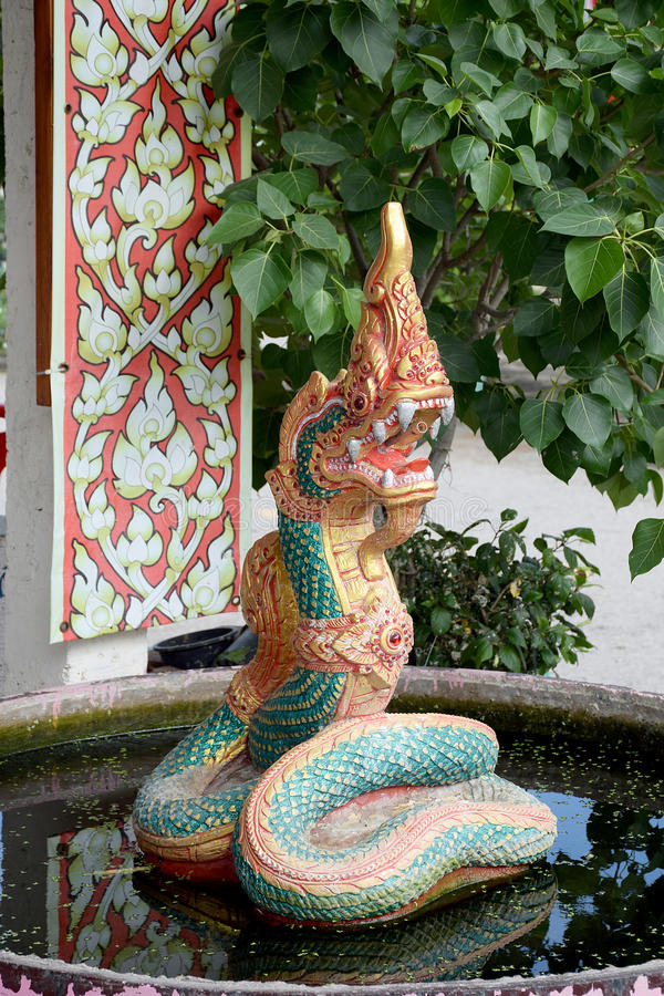 El arte del Naga concreto en el agua Estuco de la serpiente en Tailandia foto de archivo libre de regalías