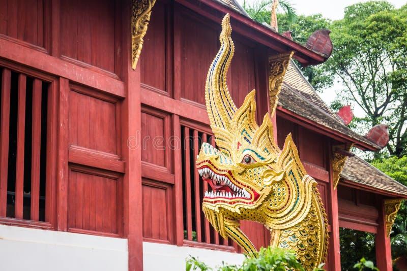 El arte tailandés tradicional del estilo del naga dirige la estatua foto de archivo libre de regalías