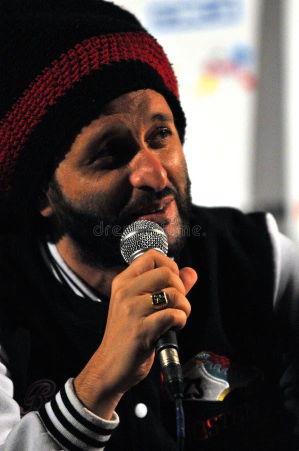 El artista Alborosie de Jamaica contesta a las preguntas en la rueda de prensa imágenes de archivo libres de regalías