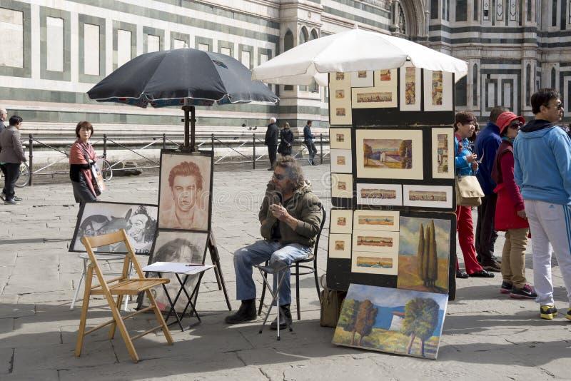 El artista de la calle cuenta con caminar alrededor de turistas fotografía de archivo libre de regalías