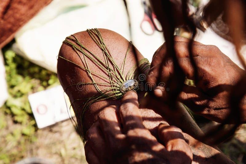 El artista de la joyería de la calle da crear la joyería de la piedra de la labradorita fotografía de archivo libre de regalías