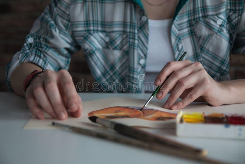 El artista de sexo femenino dibuja en el cuarto foto de archivo libre de regalías