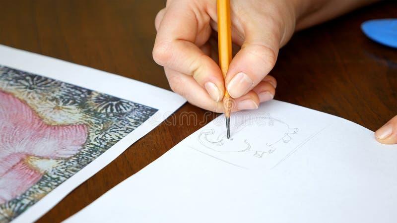 El artista de sexo femenino dibuja un bosquejo del lápiz en estudio del arte imágenes de archivo libres de regalías