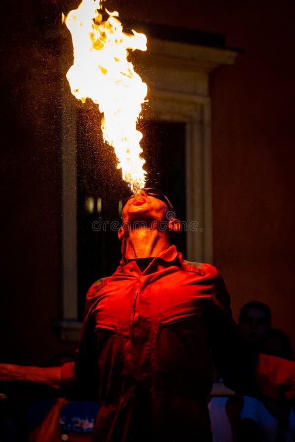El artista del fuego se está realizando delante del castillo en Varsovia fotografía de archivo