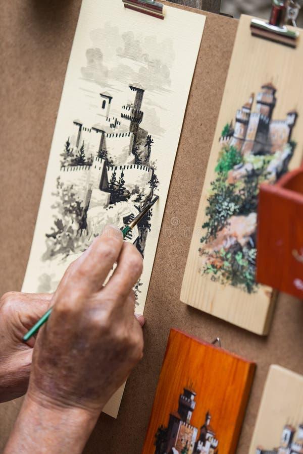 El artista dibuja en la calle fotografía de archivo libre de regalías