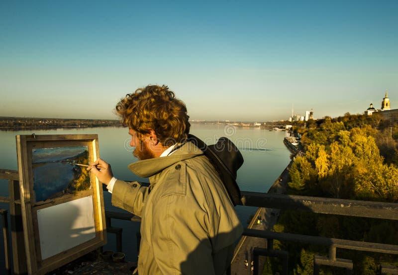 El artista pinta una foto con vistas al río fotos de archivo libres de regalías