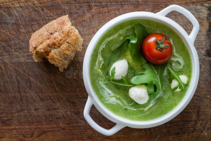 El Arugula y los tomates hacen puré la sopa en el cuenco blanco imagen de archivo libre de regalías