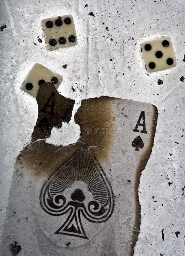 El as de espadas quemado y corta en cuadritos en hielo imagen de archivo