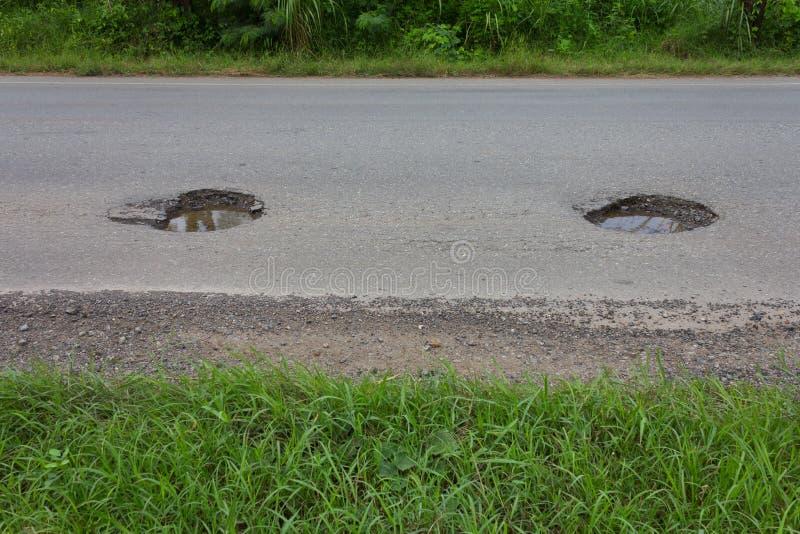 El asfalto fue dañado y los agujeros peligrosos. fotos de archivo