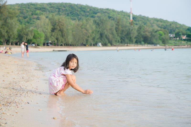 El asiático embroma a la muchacha tailandesa que juega en las vacaciones de verano de la playa foto de archivo libre de regalías