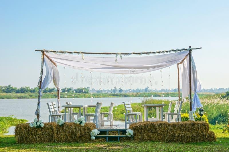 El asiento al aire libre romántico, el restaurante al aire libre entre la naturaleza y la orilla imagen de archivo libre de regalías
