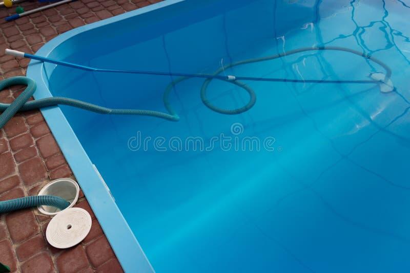 El aspirador para la piscina, limpia y cuida para la parte inferior de la piscina recoja, absorba la basura y la suciedad imagen de archivo libre de regalías