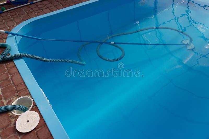 El aspirador para la piscina, limpia y cuida para la parte inferior de la piscina recoja, absorba la basura y la suciedad toma au imagenes de archivo