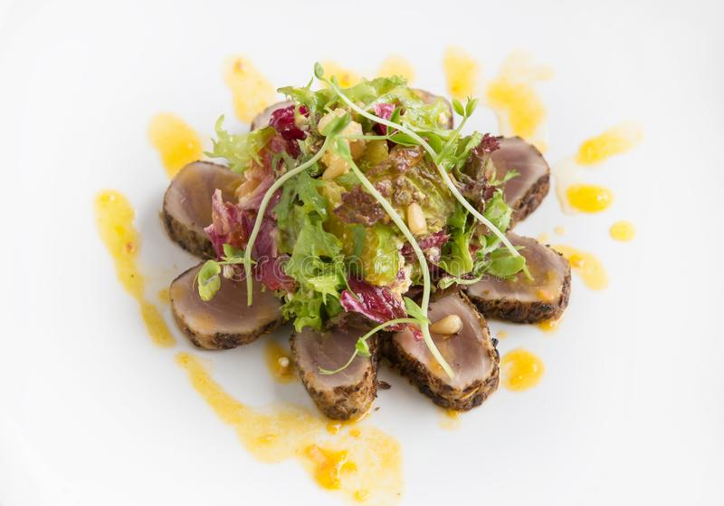 El atún chamuscado cortezudo sirvió con las verduras y la salsa anaranjada imagenes de archivo