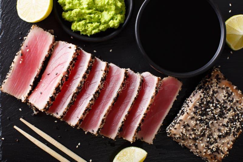 El atún chamuscado formado una costra de la semilla de sésamo sirvió con clo del wasabi y de la salsa fotos de archivo
