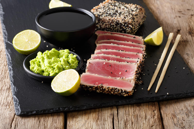 El atún chamuscado formado una costra de la semilla de sésamo sirvió con clo del wasabi y de la salsa imagen de archivo libre de regalías