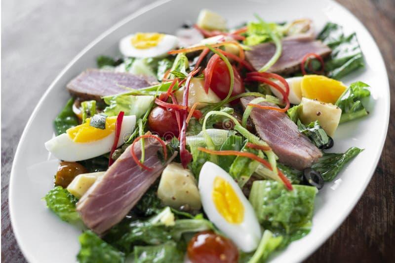 El atún crudo chamuscado fresco mezcló la ensalada vegetal con la salsa de mostaza imágenes de archivo libres de regalías