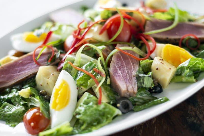 El atún crudo chamuscado fresco mezcló la ensalada vegetal con la salsa de mostaza fotografía de archivo