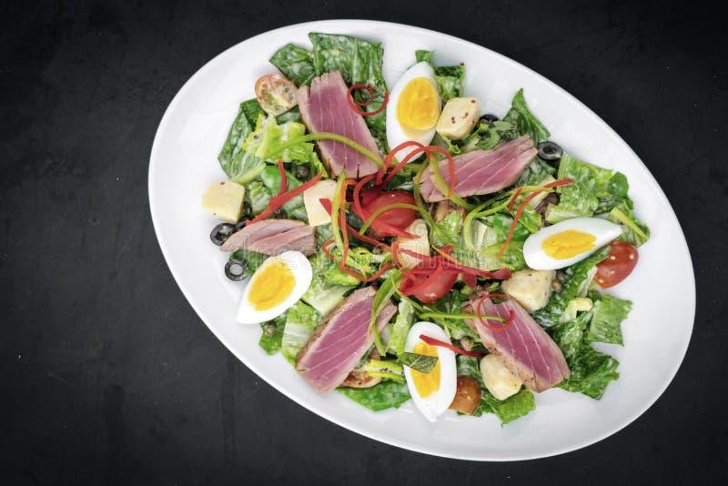 El atún crudo chamuscado fresco mezcló la ensalada vegetal con la salsa de mostaza fotografía de archivo libre de regalías