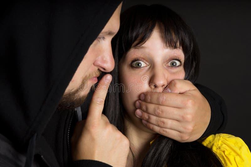 El ataque en la muchacha y la amenaza de fotografía de archivo