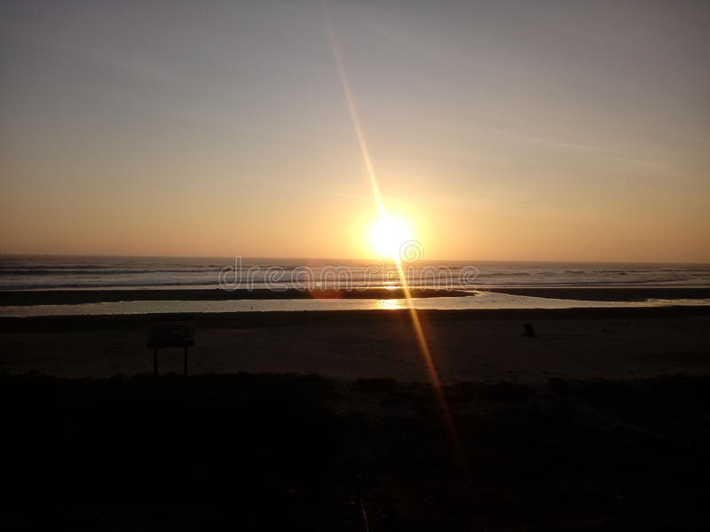 El atardecer del sol en el mar royalty free stock photos