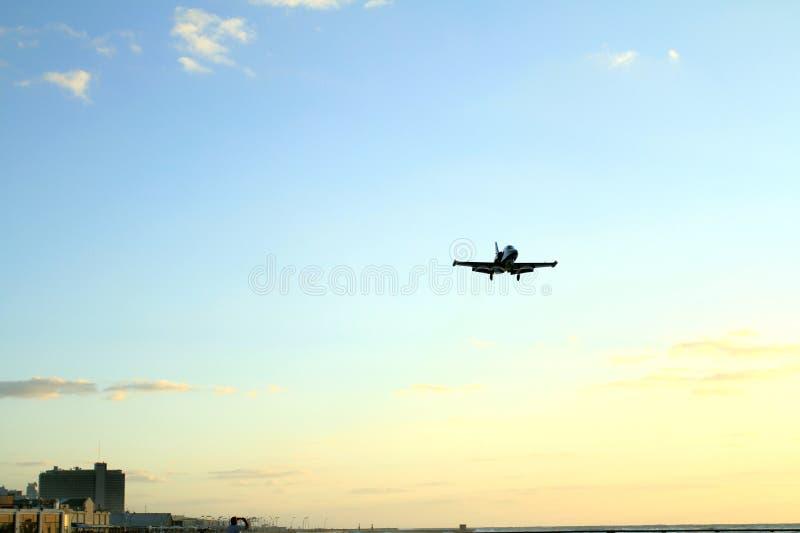 El aterrizaje de aviones en la ciudad fotografía de archivo libre de regalías