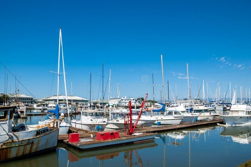 El ATERRIZAJE del MUSGO, CALIFORNIA - 9 de septiembre de 2015 - los barcos atracó en Moss Landing Harbor imagen de archivo libre de regalías