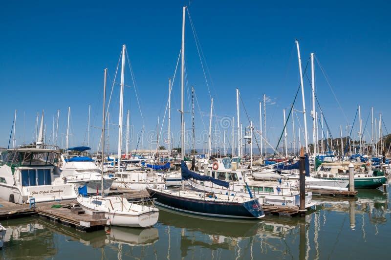 El ATERRIZAJE del MUSGO, CALIFORNIA - 9 de septiembre de 2015 - los barcos atracó en Moss Landing Harbor fotografía de archivo