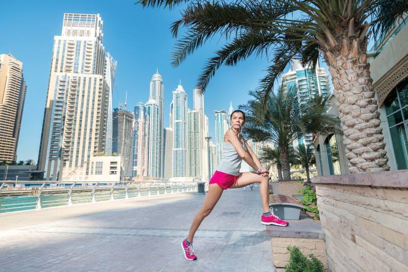 El atleta coloca y hace el entrenamiento Mujer atlética en sportswe imagen de archivo