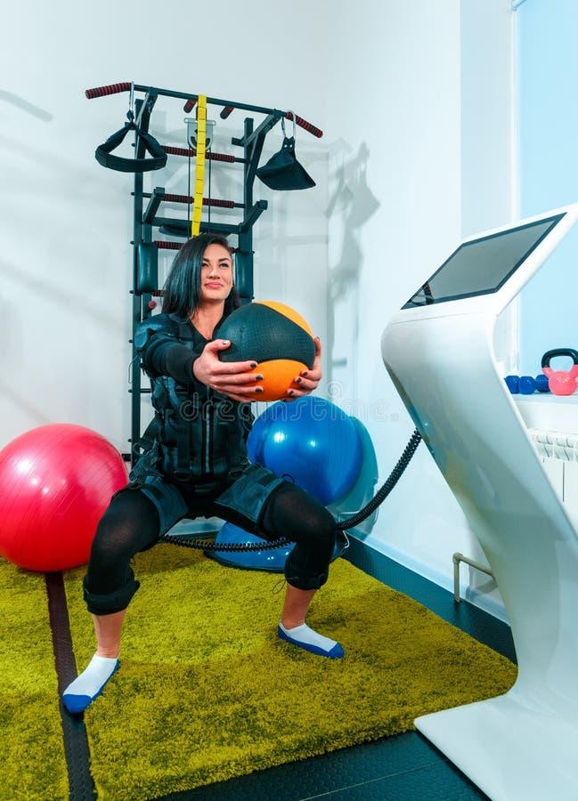 El atleta de sexo femenino haciendo que ejercitan en un estudio de la aptitud del ccsme fotos de archivo libres de regalías