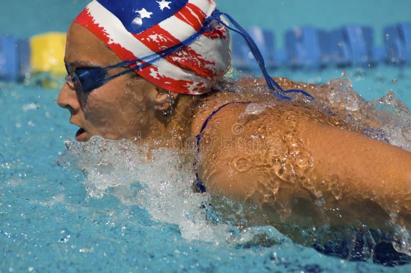 El atleta de sexo femenino nada una braza foto de archivo