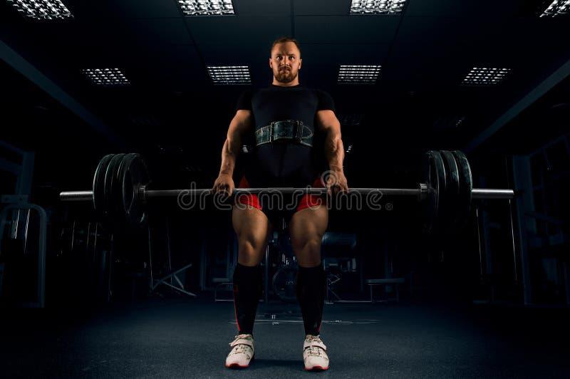 El atleta hace un deadlift Él fijó la barra en el top fotografía de archivo