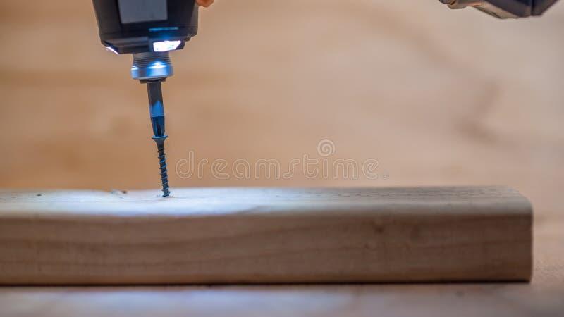 El atornillar en la madera de construcción recientemente cortada imagen de archivo libre de regalías