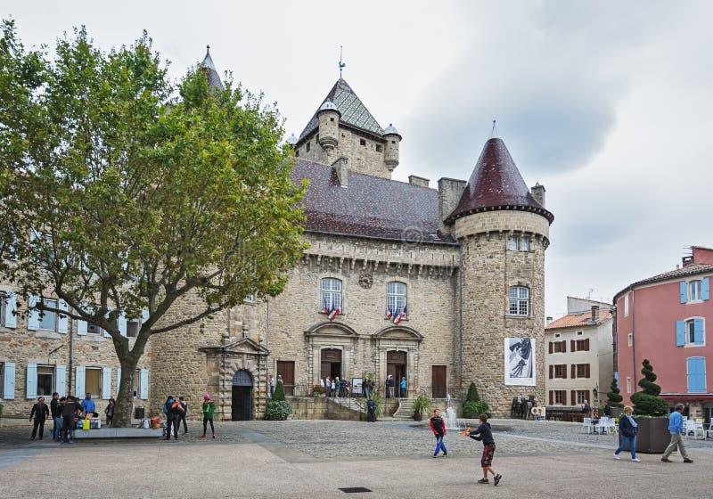 El ` Aubenas del castillo francés d, clasificado como monumento histórico, ahora contiene el th fotografía de archivo