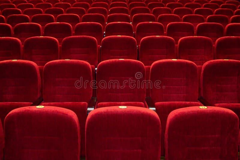 El auditorio, asientos rojos, los asientos en el cine fotos de archivo