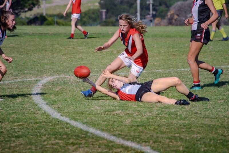 El australiano del juego de las mujeres jovenes gobierna f?tbol fotos de archivo