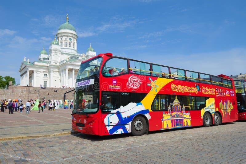 El autobús de visita turístico de excursión del salto en salto del sistema en el senado ajusta en un día soleado de junio Helsink fotos de archivo
