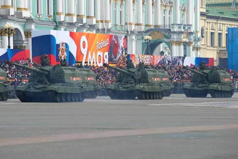 El ` automotor de Msta-S del ` de la artillería antes del día de fiesta se coloca en cuadrado del palacio Ensayo general del desf imagenes de archivo