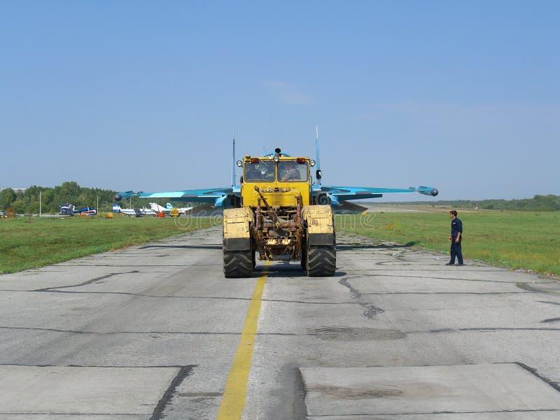 El avión de caza a reacción militar ruso potente en la pista del tractor SU-34 lleva el motor fotografía de archivo