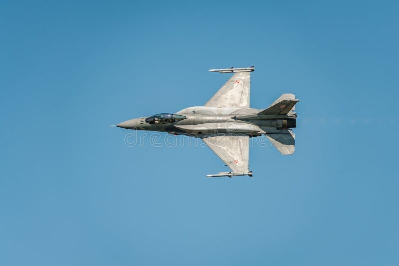 El avión de caza a reacción vuela y muestra un funcionamiento en el airshow en el cielo azul claro foto de archivo