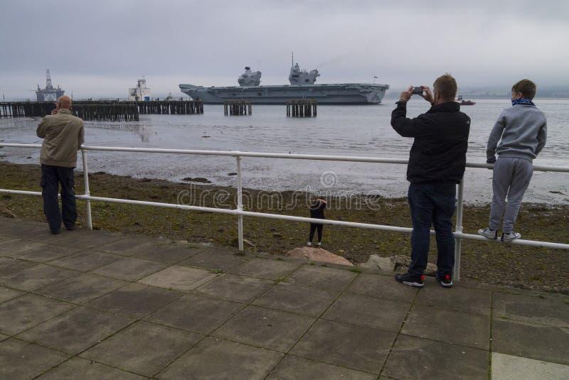 El avión de la reina Elizabeth II del HMS sale del brazo de mar de Cromarty fotos de archivo libres de regalías