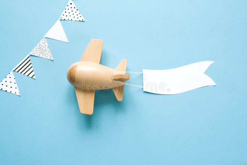 El avión de madera de los niños en el cielo lleva una bandera vacía imágenes de archivo libres de regalías
