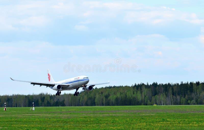 El avión de pasajeros Airbus A330 de las tierras del aire de China de la línea aérea en el aeropuerto nacional Minsk fotografía de archivo