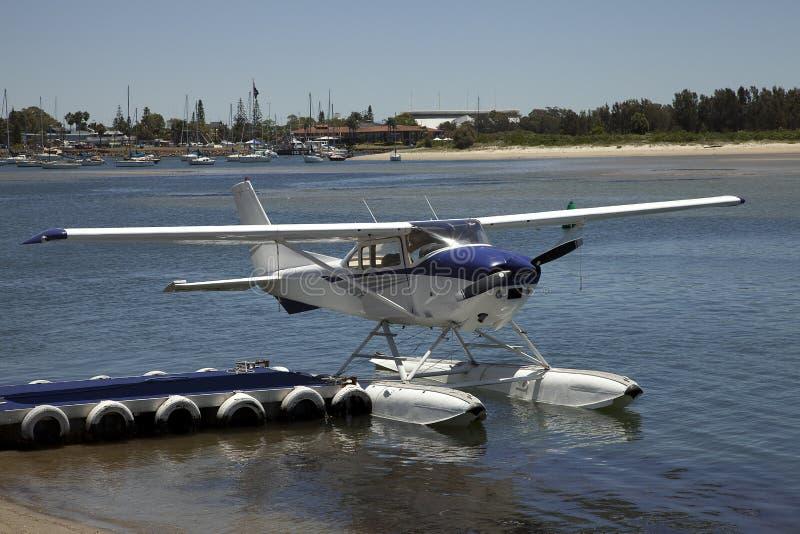 El avión del flotador del avión de mar amarró en el muelle de la bahía fotos de archivo libres de regalías