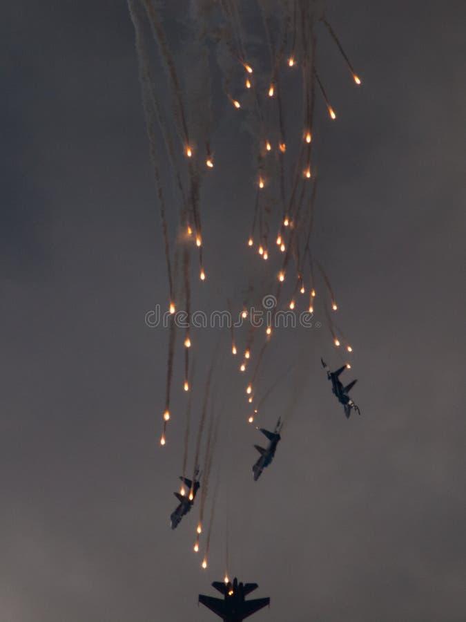 El avión del grupo lanza los fuegos artificiales foto de archivo libre de regalías